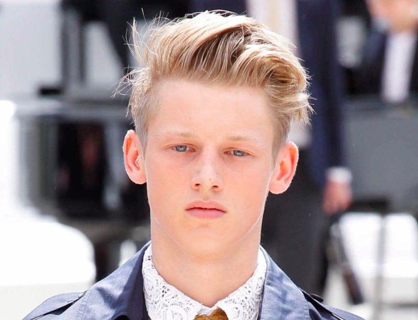 Vue de face d'un homme aux cheveux longs gominés et à la coupe courte.