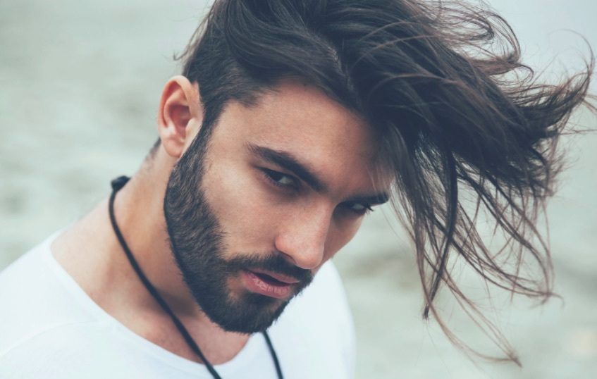 vue de face d'un homme aux cheveux foncés et à la longue coupe courte