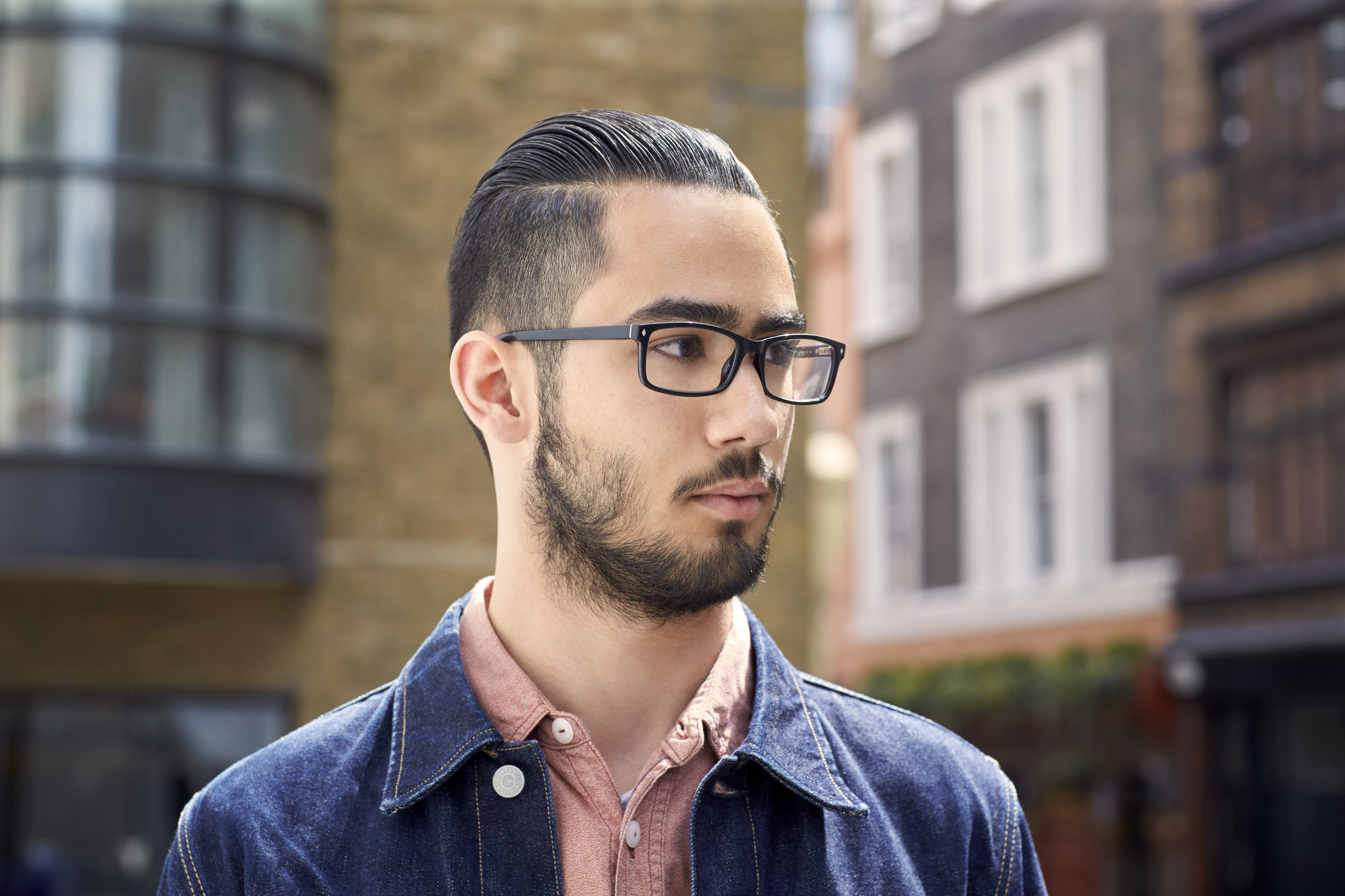 homme asiatique avec cheveux foncés sous-coupés