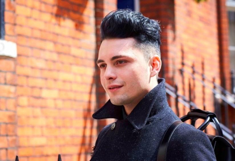 Vue de face d'un homme avec des cheveux noirs texturés et une coupe courte.