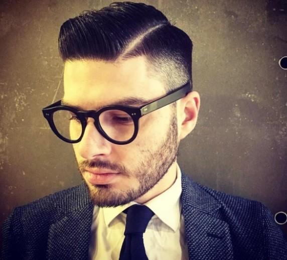 photo d'un homme chez le coiffeur avec une coupe de cheveux lisse et balayée sur le côté.