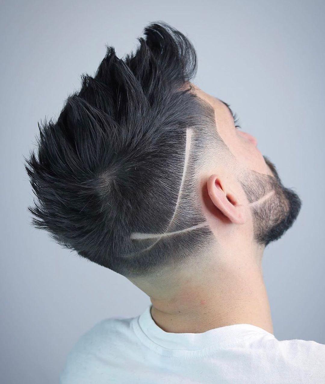 Homme avec une coupe de cheveux à motifs