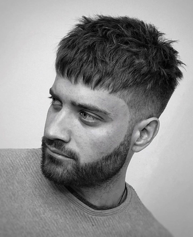 Homme avec une coupe de cheveux française avec sous-coupe.