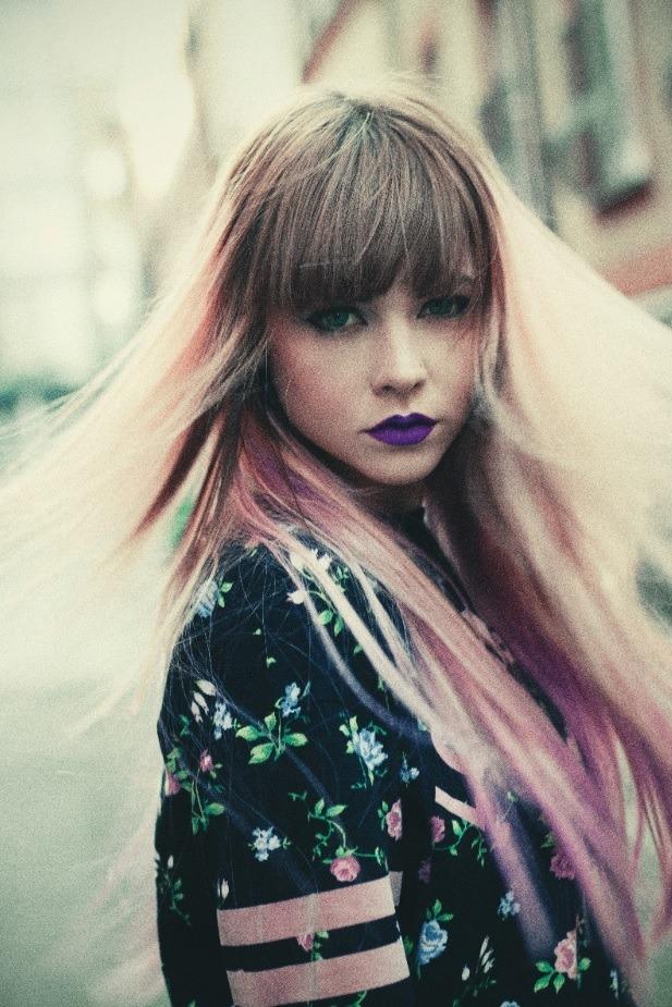 Femme aux cheveux raides violets ombrés avec une frange
