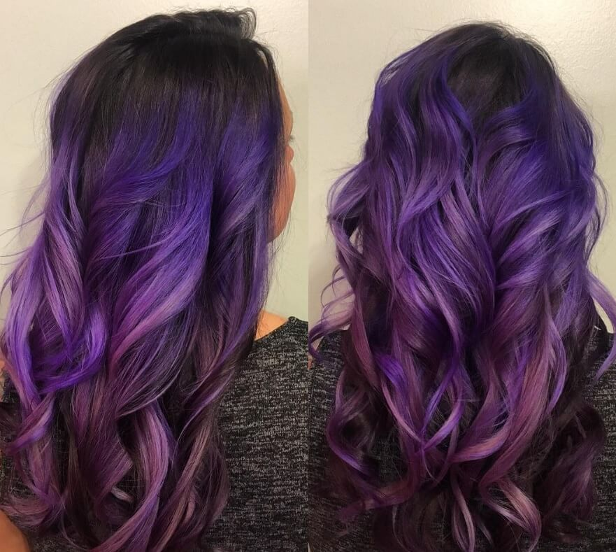 vue de dos d'une femme avec une coiffure ombre violette foncée en longues boucles