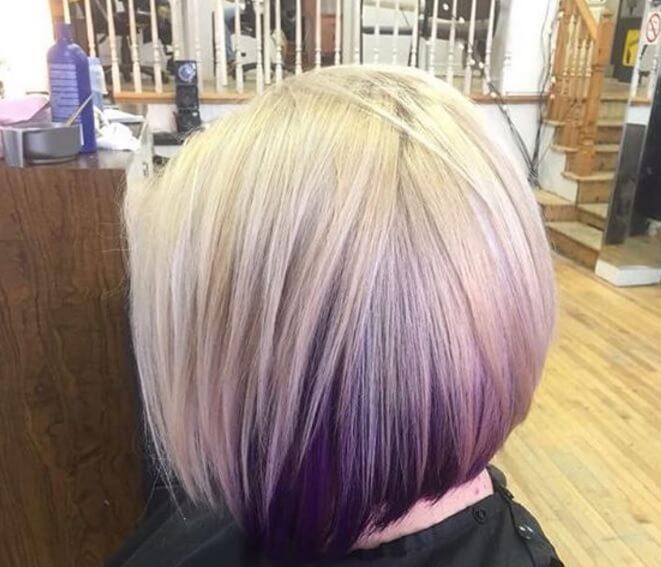 Vue de dos d'une femme avec un carré d'ombre blond et violet.