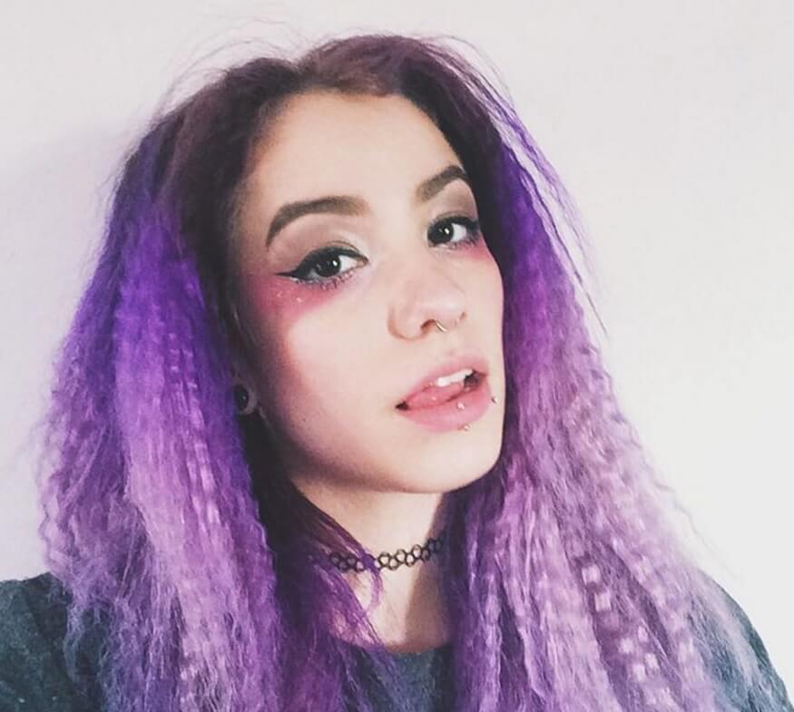 femme avec une coiffure ondulée à l'ombre violette