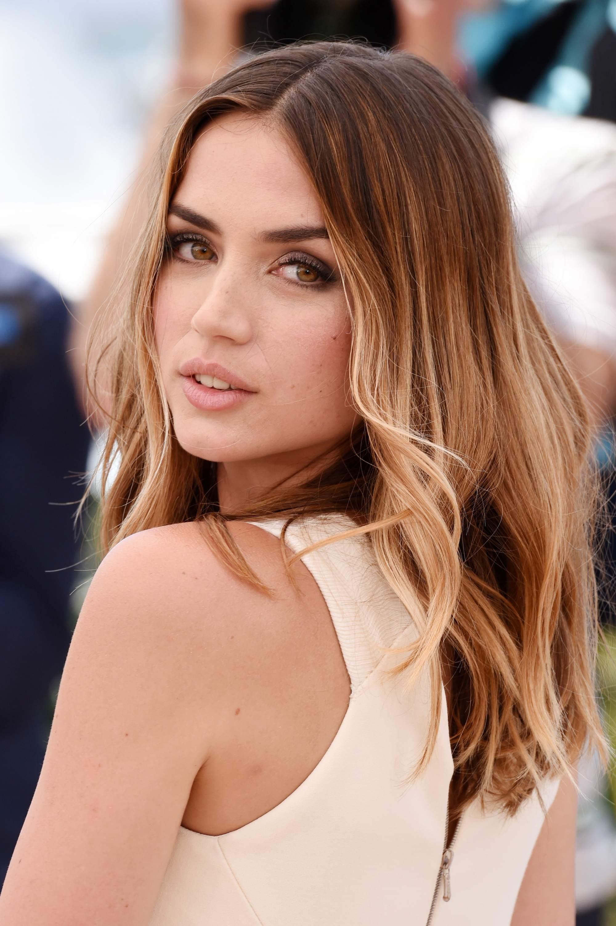 L'actrice cubaine ana de armas avec des cheveux bruns clairs en ombre.