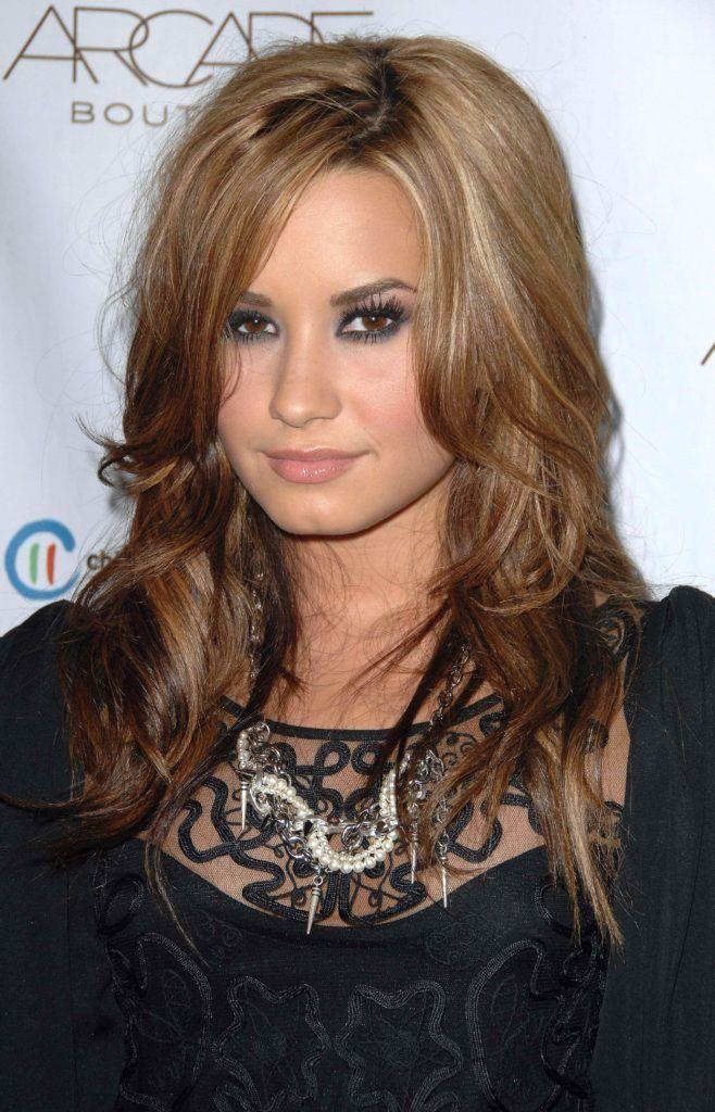 Demi Lovato avec une ombre inversée frisée de blonde à brune.