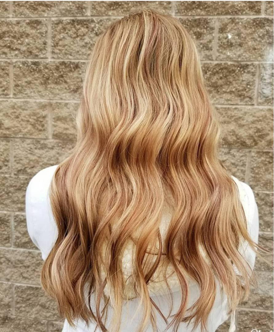 Femme avec de longs cheveux cuivrés blond miel ondulés