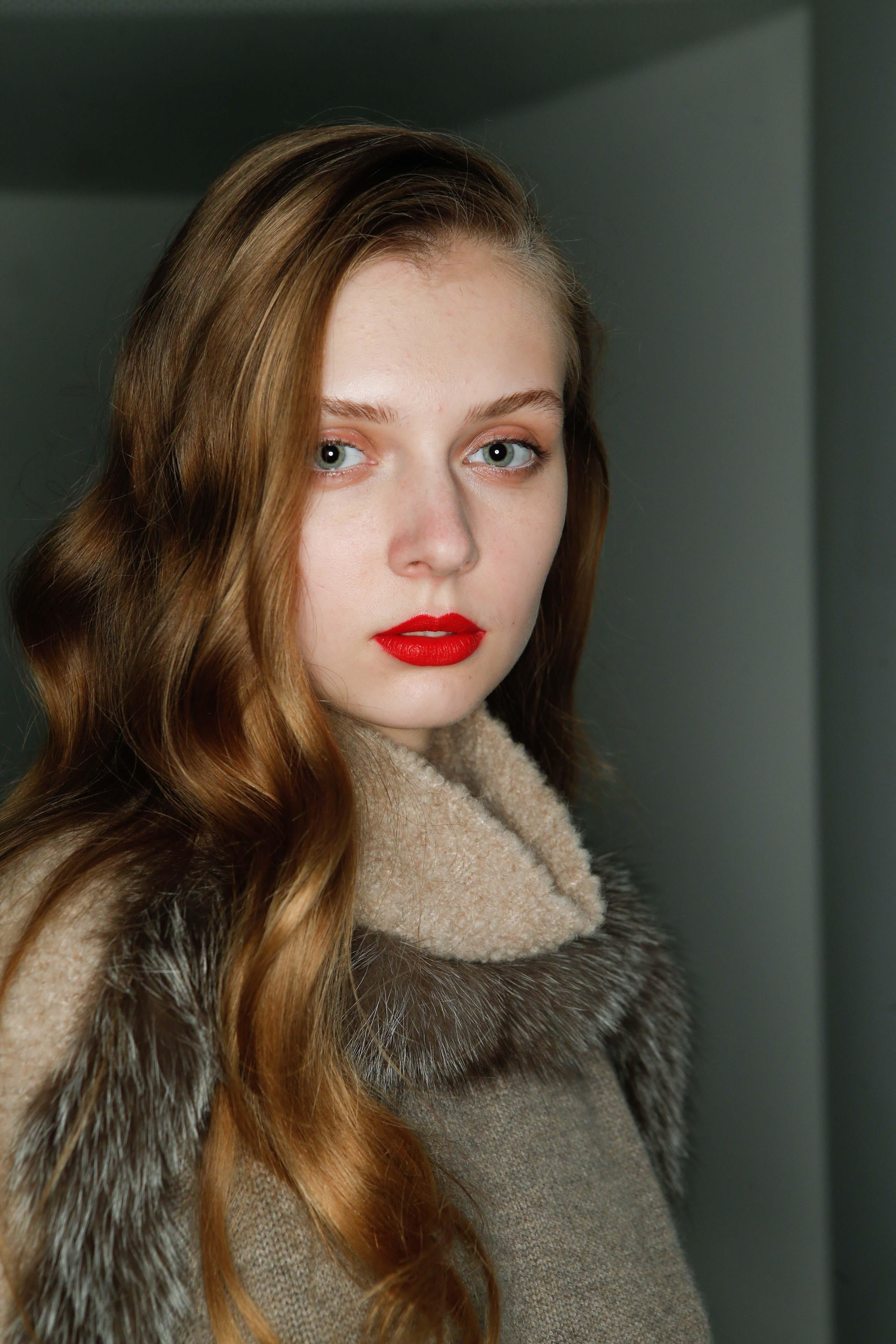 vue de face d'une femme avec du rouge à lèvres rouge et des cheveux blonds miel, vagues brunes ensoleillées