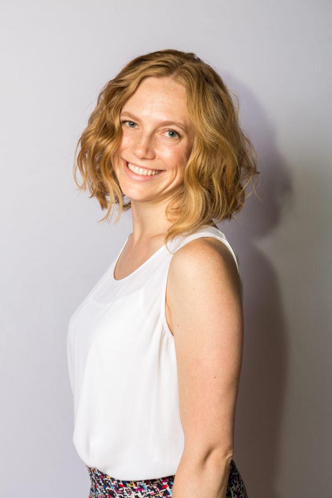 image de face d'une femme aux cheveux blond miel et blond fraise