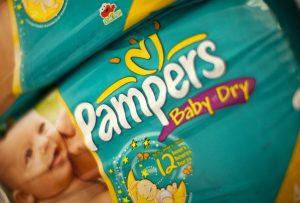Gros plan d'un paquet de couches Pampers avec un modèle de bébé.