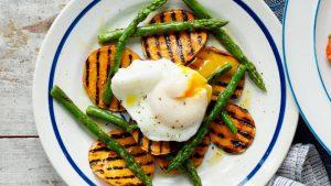 Salade d'asperges grillées, patate douce et œuf poché