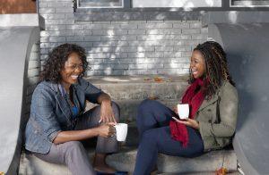 Mère et fille assises à l'extérieur