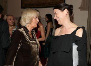 La Duchesse de Cornouailles discute avec l'actrice Olivia Williams qui jouera son rôle dans la saison 5 de The Crown.