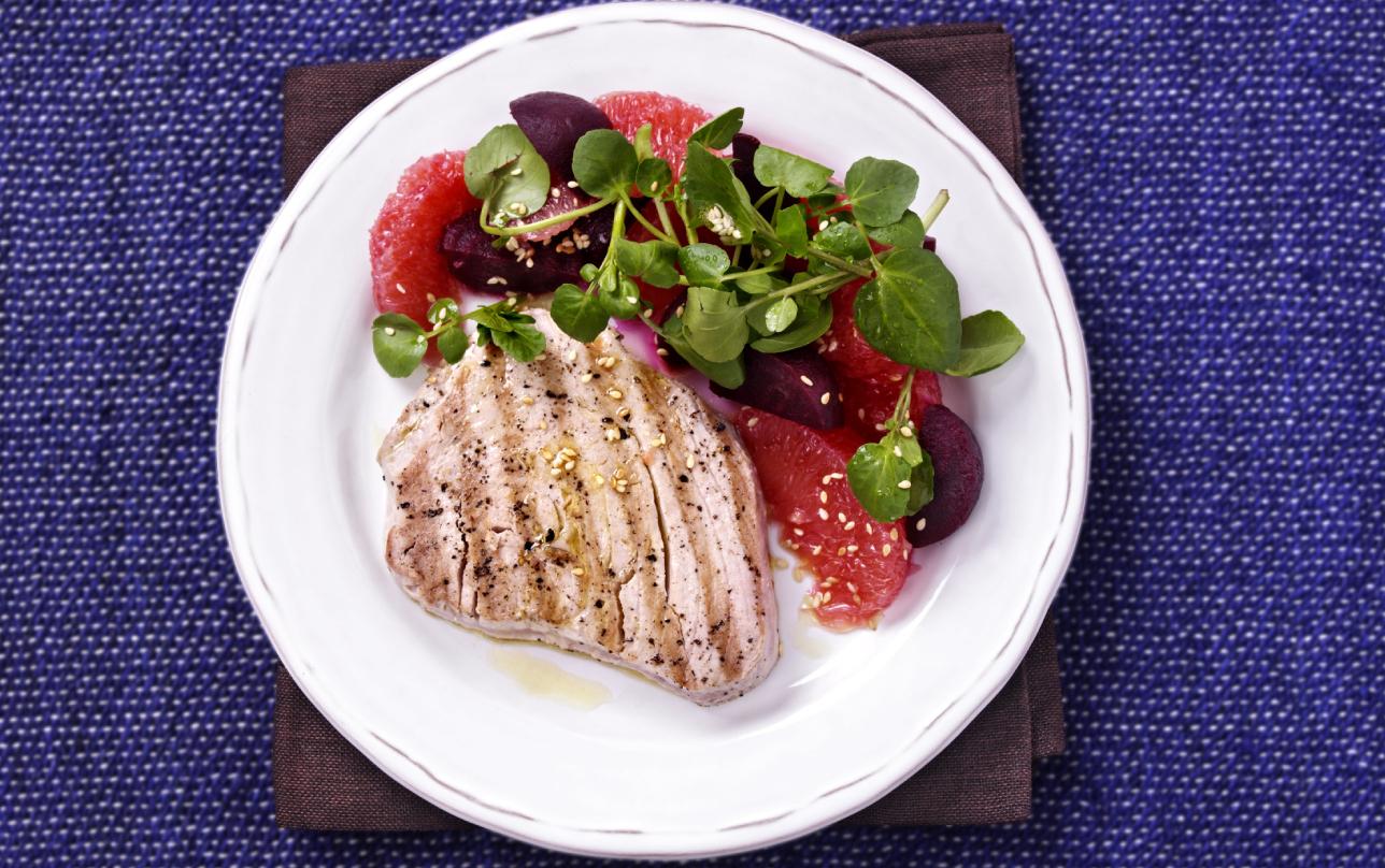 Thon avec salade de pamplemousse et betterave rouge