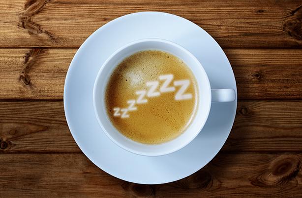 Une tasse de café avec des zzz's de sommeil dedans.