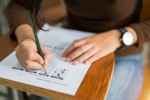 Gros plan sur une copie d'examen de reprise du GCSE d'un étudiant.