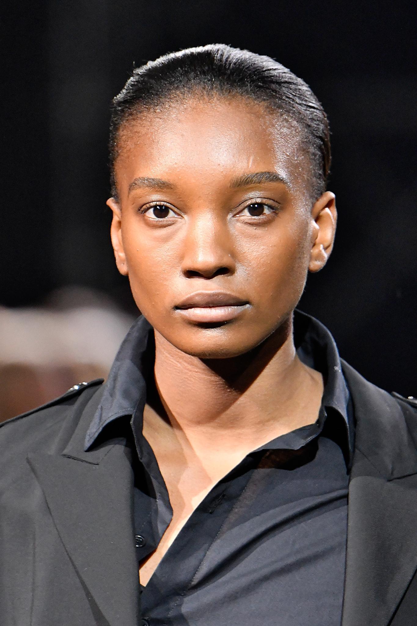 Cheveux noirs courts : Un modèle aux cheveux courts gominés