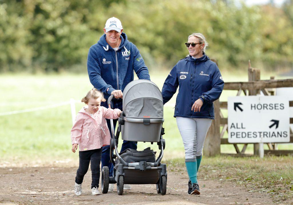 Mike Tindall et Zara Tindall avec leurs filles Mia Tindall et Lena Tindall (dans son landau) assistent à la troisième journée des Whatley Manor Horse Trials au Gatcombe Park le 9 septembre 2018 à Stroud, en Angleterre.