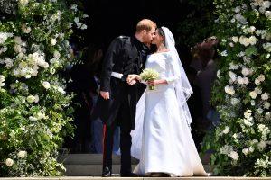Le prince Harry, duc de Sussex, embrasse son épouse Meghan, duchesse de Sussex, alors qu'ils quittent la porte ouest de la chapelle Saint-Georges, au château de Windsor, le 19 mai 2018 à Windsor, en Angleterre.