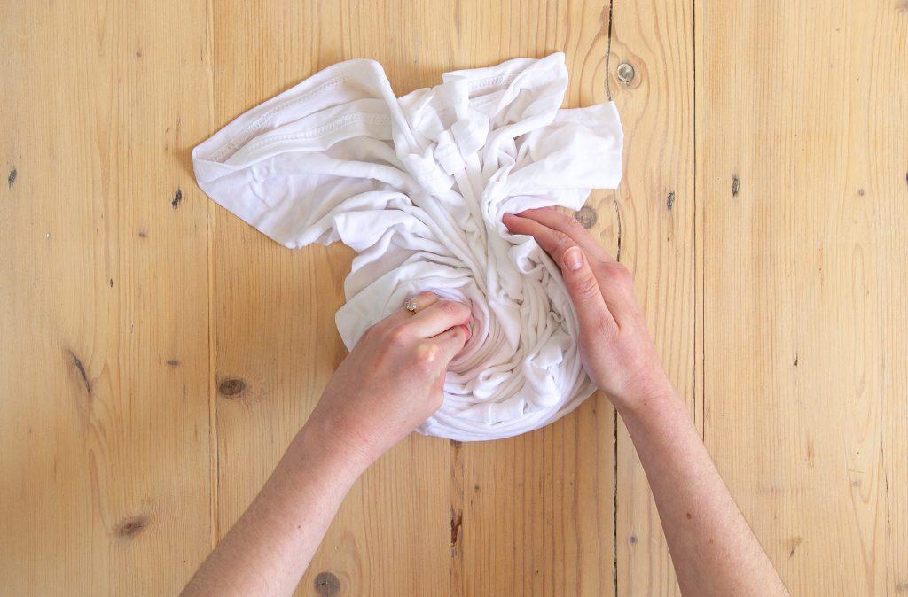 Rassembler le t-shirt en une spirale prête pour la teinture.