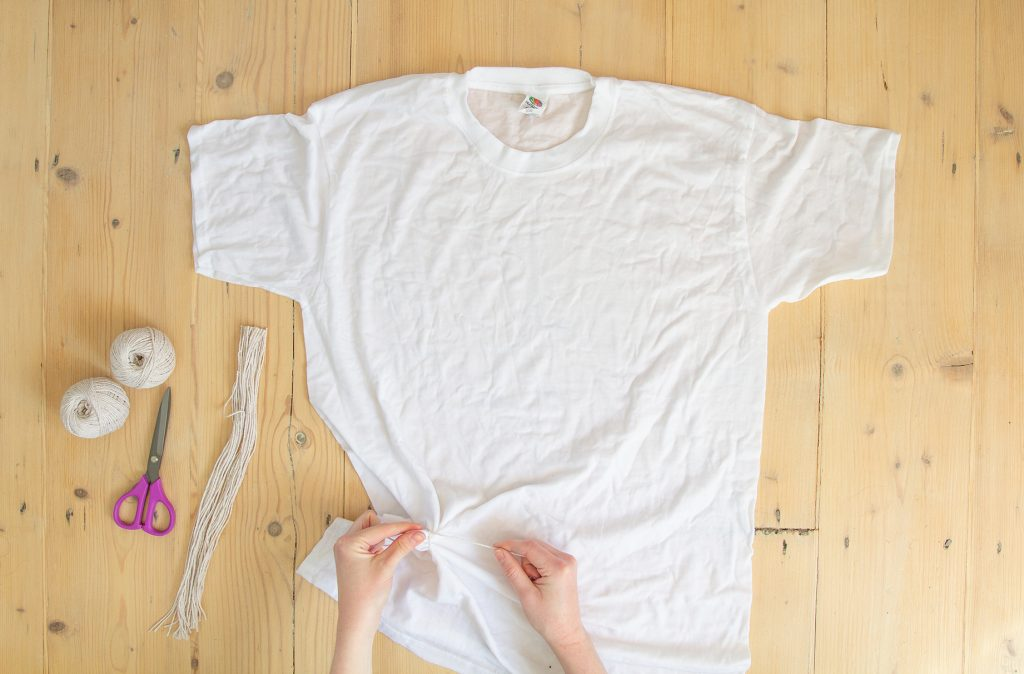Quelqu'un rassemble des petits cercles dans un t-shirt humide.