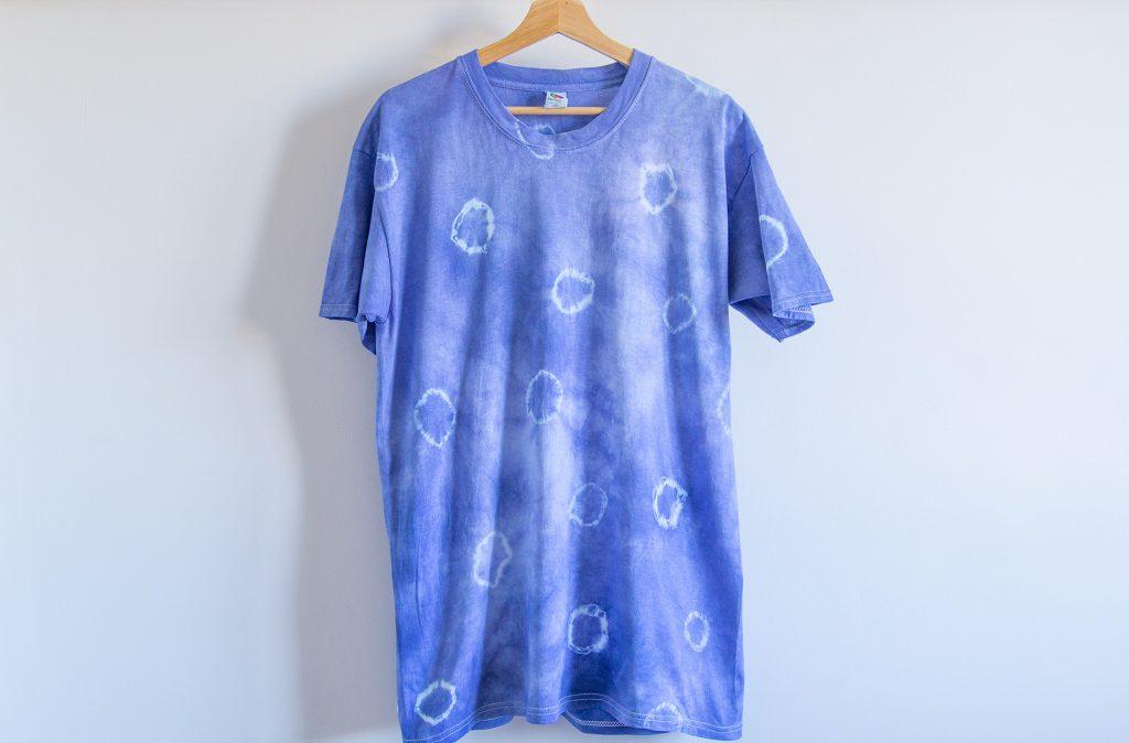 Un t-shirt bleu avec des cercles de teinture