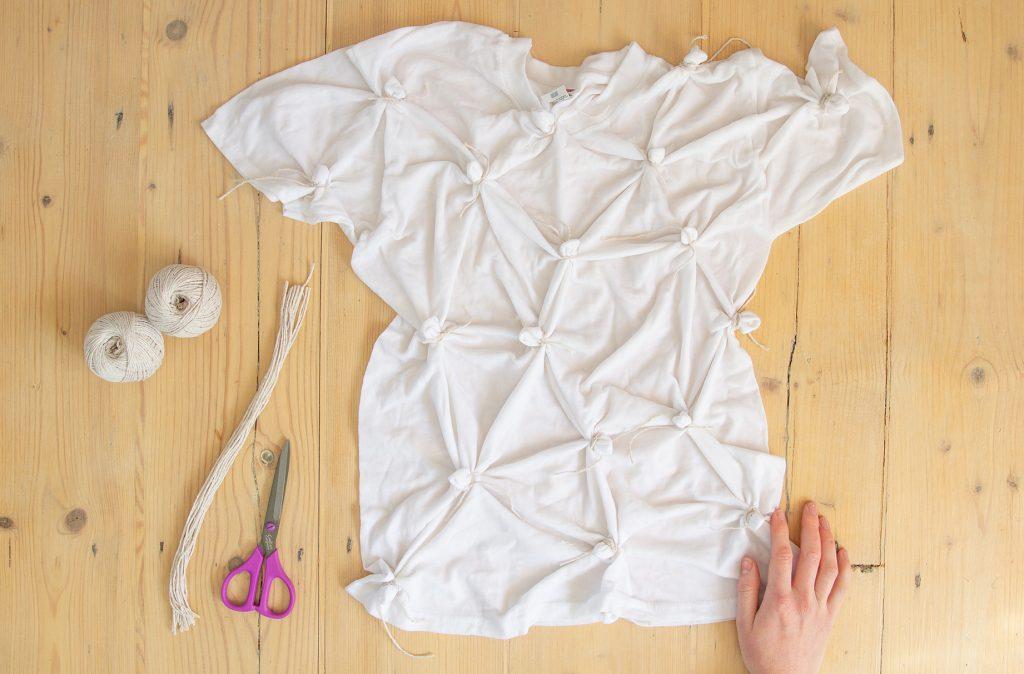 Un t-shirt blanc noué sur une table.
