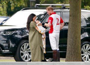 Harry et Meghan s'occupent d'Archie Harrison lors d'un match de polo, deux mois après son anniversaire.