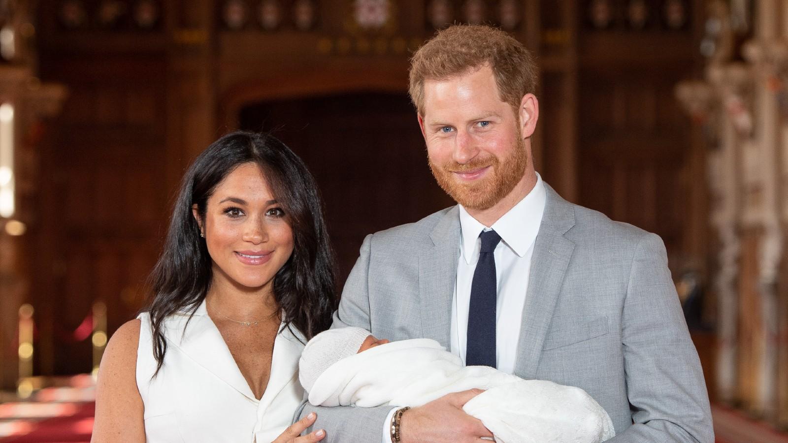 Le prince Harry, duc de Sussex, et Meghan, duchesse de Sussex, posent avec leur fils nouveau-né Archie Harrison Mountbatten-Windsor lors d'un photocall dans le St George's Hall du château de Windsor, le 8 mai 2019 à Windsor, en Angleterre.