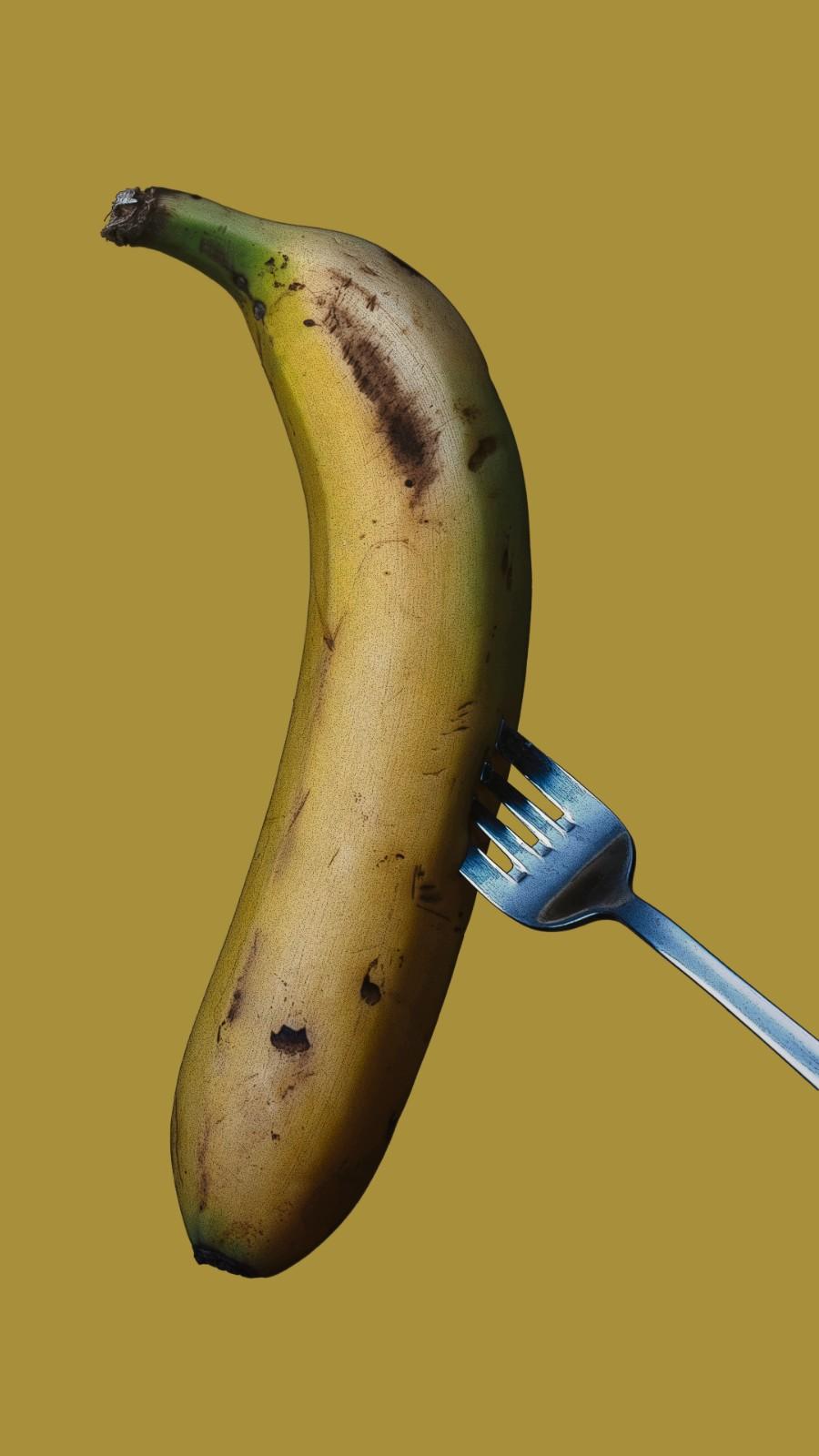 Le petit-déjeuner bizarre de la princesse Anne, une banane mûre sur une fourchette sur un fond jaune.