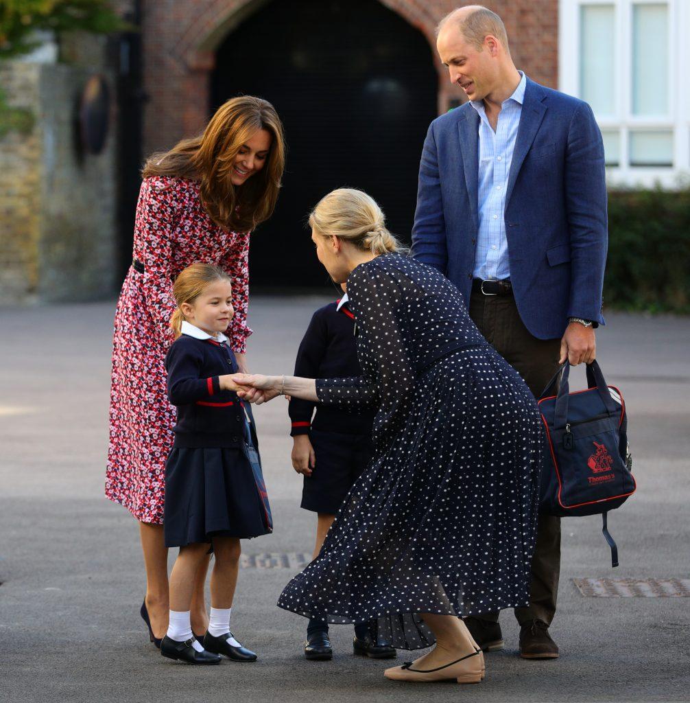 Helen Haslem, directrice de l'école inférieure salue la princesse Charlotte à son arrivée pour son premier jour d'école, avec son frère le prince George (caché) et ses parents le duc et la duchesse de Cambridge, à Thomas's Battersea à Londres le 5 septembre 2019 à Londres, en Angleterre.