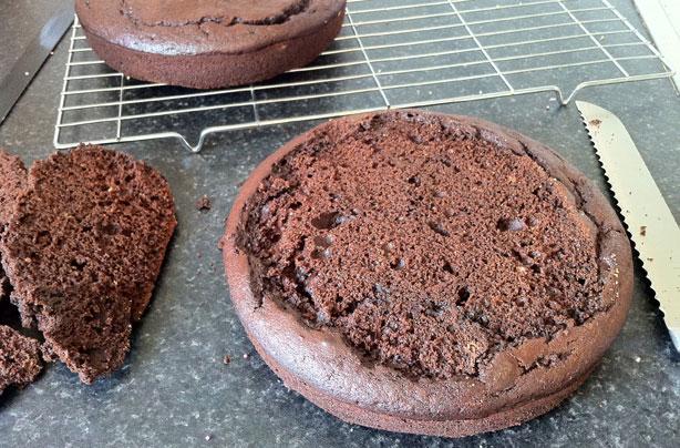 Préparation d'une couche d'un gâteau au chocolat et au cola