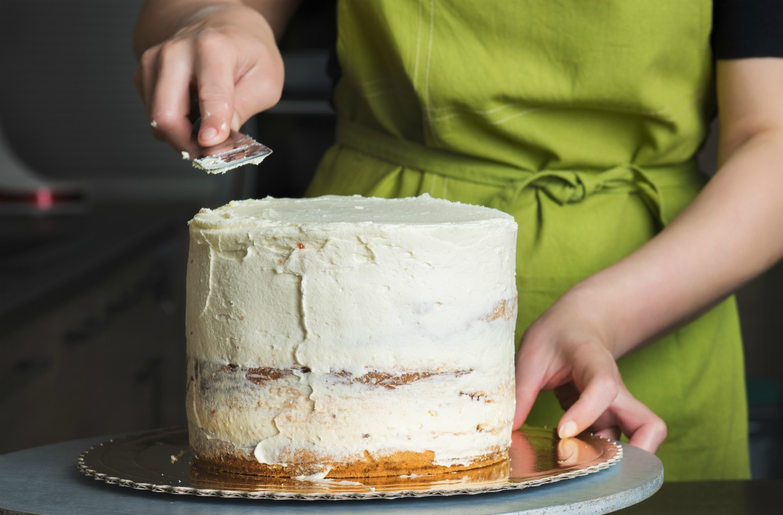 Lissage du glaçage sur un gâteau Reese's Pieces.