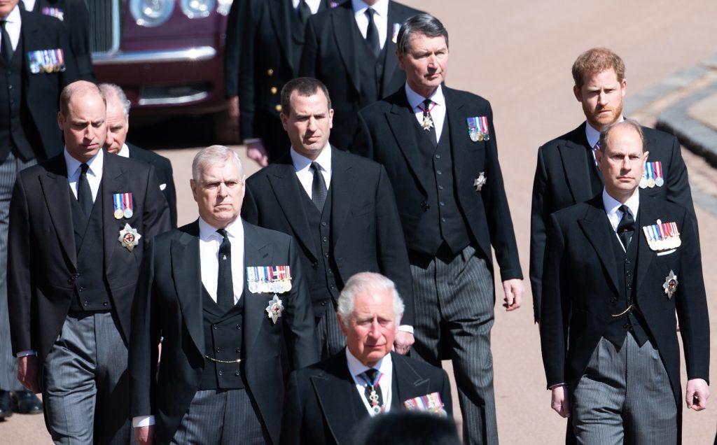 Le prince Charles, prince de Galles, le prince Andrew, duc d'York, le prince Edward, comte de Wessex, le prince William, duc de Cambridge, Peter Phillips, le prince Harry, duc de Sussex, le comte de Snowdon David Armstrong-Jones et le vice-amiral Sir Timothy Laurence, lors des funérailles du prince Philip, duc d'Édimbourg, le 17 avril 2021 à Windsor, en Angleterre.