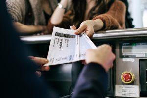 Une femme remet des cartes d'embarquement alors que les voyages internationaux reprennent au Royaume-Uni à partir du 17 mai.