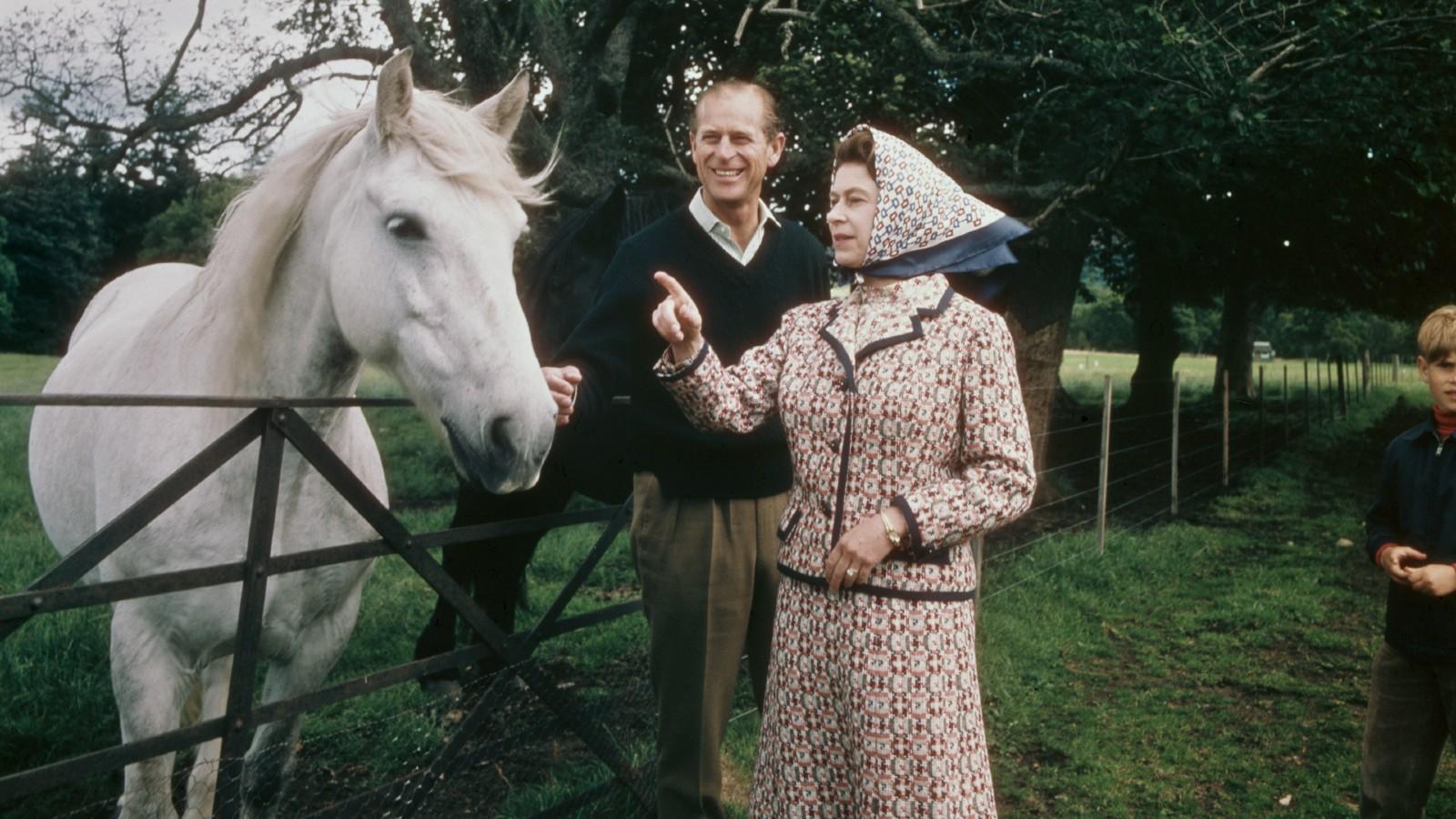 La Reine Elizabeth II et le Prince Philip visitent une ferme sur le domaine de Balmoral en Écosse, lors de l'année de leurs noces d'argent, septembre 1972.
