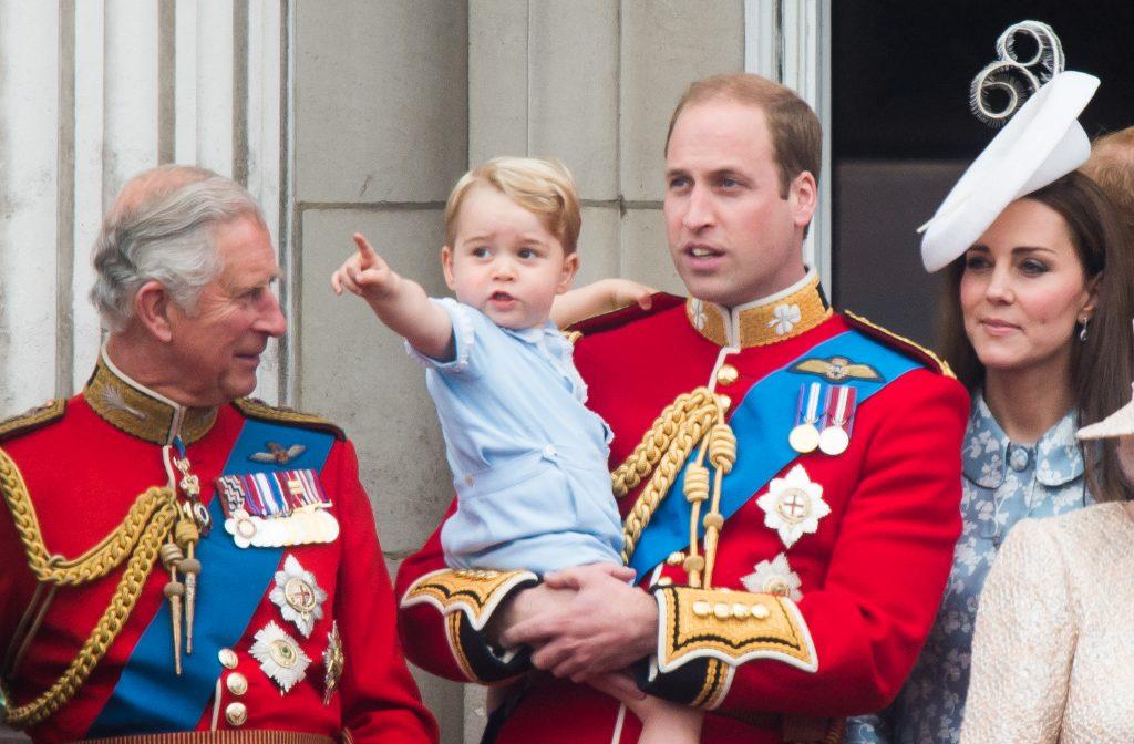 Le prince Charles, prince de Galles, le prince George de Cambridge, le prince William, duc de Cambridge Catherine, duchesse de Cambridge, regardent depuis le balcon lors de la cérémonie annuelle du Trooping The Colour à Horse Guards Parade le 13 juin 2015 à Londres, en Angleterre.