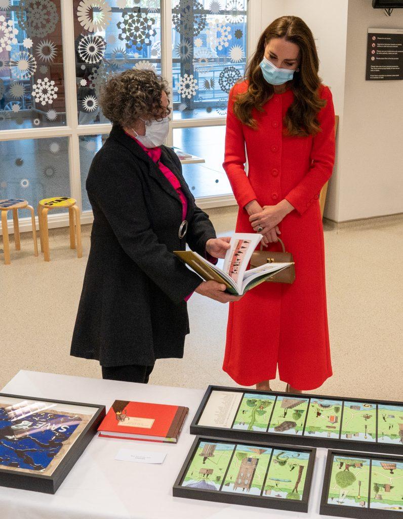 Catherine, Duchesse de Cambridge, voit l'œuvre d'art exposée par le directeur des arts vitaux du Barts Health NHS Trust, Catsou Roberts, lors d'une visite au Royal London Hospital Whitechapel le 7 mai 2021 à Londres, Angleterre.
