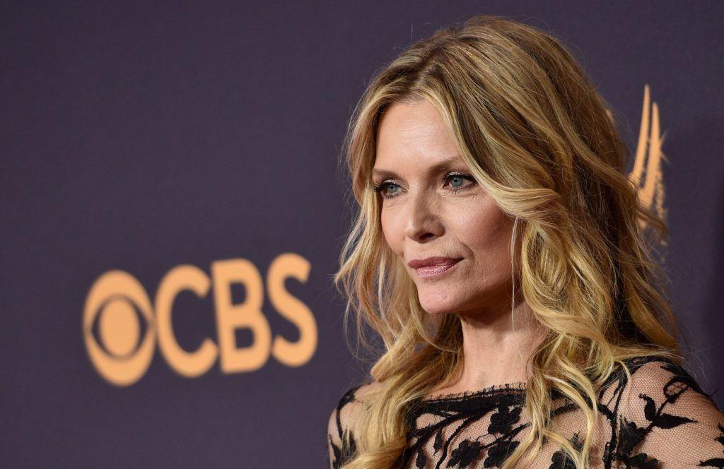 vue de côté de Michelle Pfeiffer avec sa couleur de cheveux brune en vagues