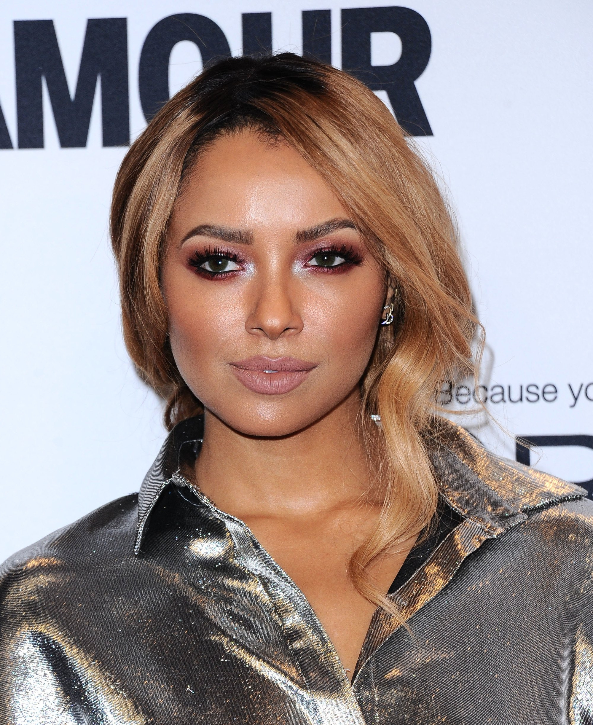 katerina graham avec une couleur de cheveux bronde aux glamour awards