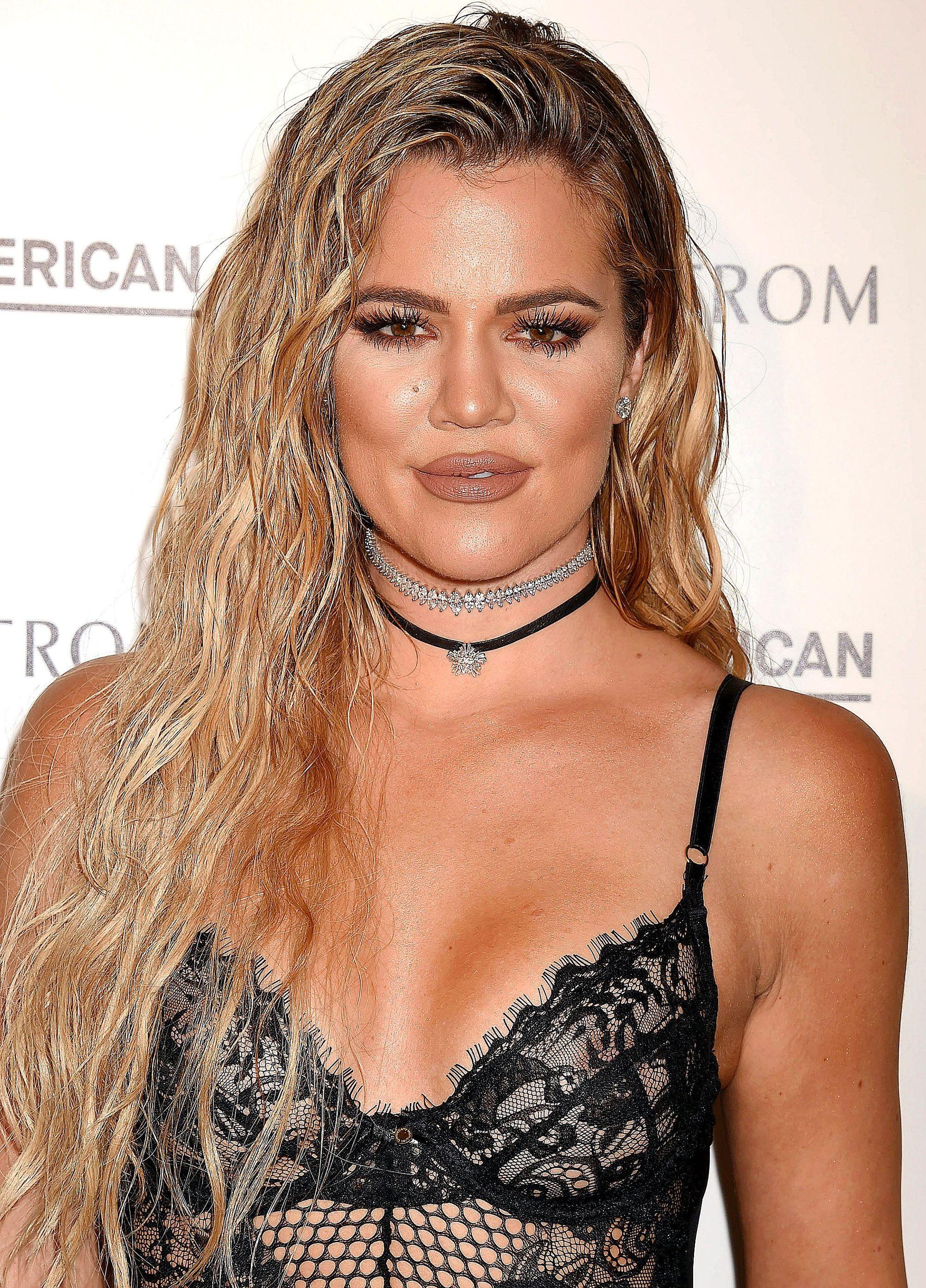 inspiration cheveux bruns : khloe kardashian avec des boucles effet mouillé au lancement de good american