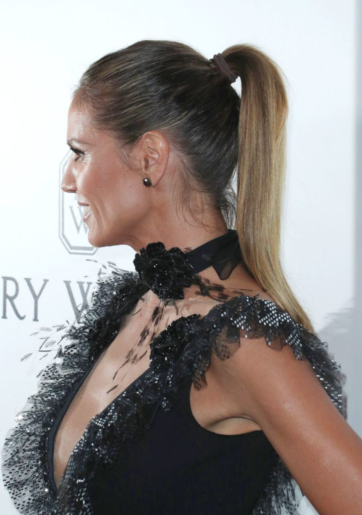 Heidi Klum avec ses cheveux en queue de cheval lisse avec une coloration brune.