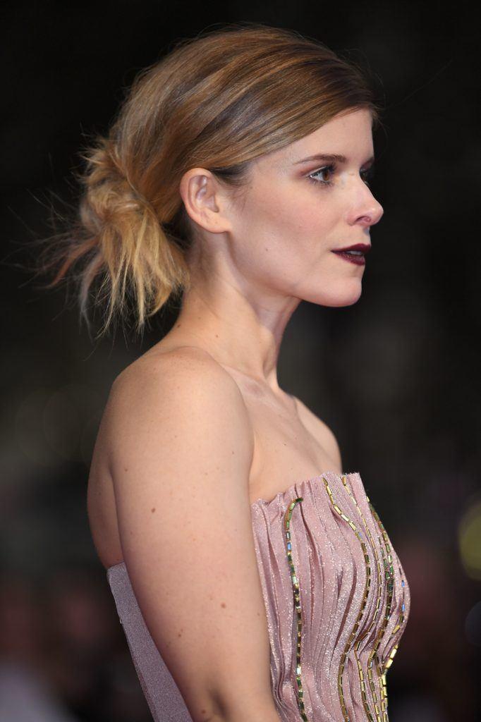 Vue de côté d'une femme aux cheveux bruns, coiffés d'un chignon bas.