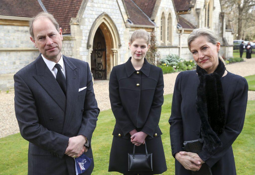 Le Prince Edward, Comte de Wessex et Sophie, Comtesse de Wessex avec leur fille Lady Louise Windsor, lors d'une interview télévisée à la Chapelle Royale de Tous les Saints, à Windsor, suite à l'annonce vendredi 9 avril du décès du Prince Philip, Duc d'Edimbourg, à l'âge de 99 ans, le 11 avril 2021 à Windsor, Angleterre.