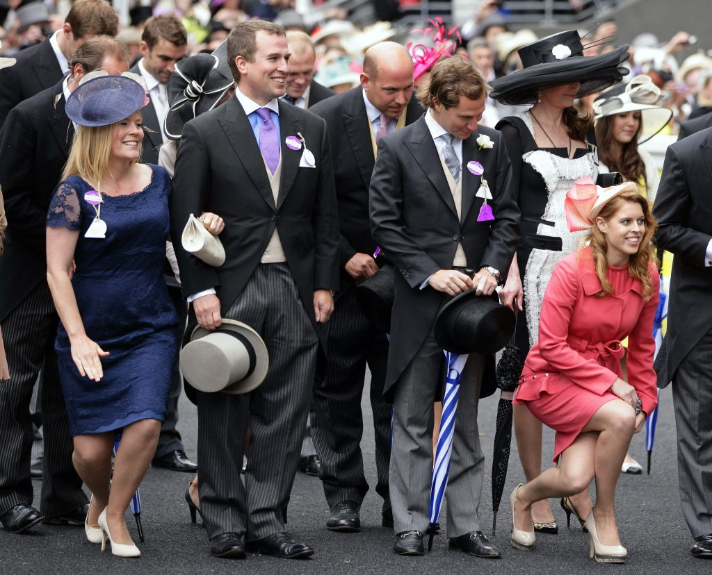 Autumn Phillips, Peter Phillips, Dave Clark et la Princesse Beatrice font la révérence et s'inclinent devant la Reine Elizabeth II alors qu'ils assistent au cinquième jour de Royal Ascot à l'hippodrome d'Ascot le 23 juin 2012 à Ascot, en Angleterre.