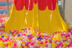 Boules multicolores et toboggan jaune