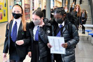 Enfants à l'école portant des masques de protection
